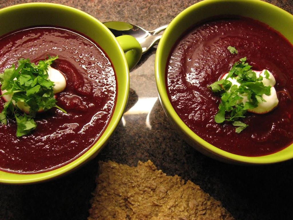 Rødbetesuppe laget på hjemmelaget grønnsaksbuljong - ferdig servert