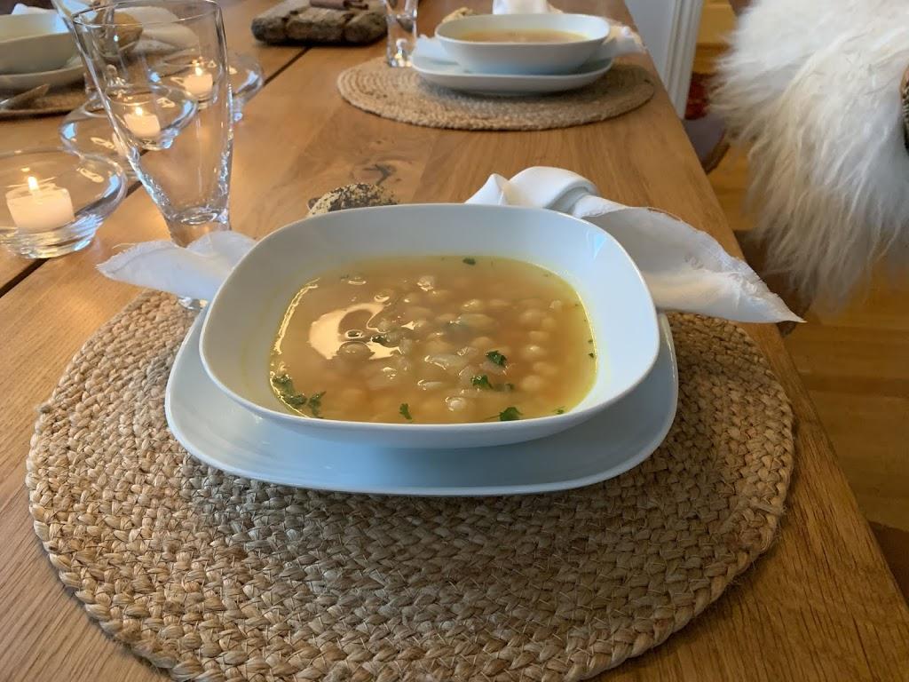 Kikertsuppe tilsatt hviløk og gurkemeie - deilig mat for den kalde årstid