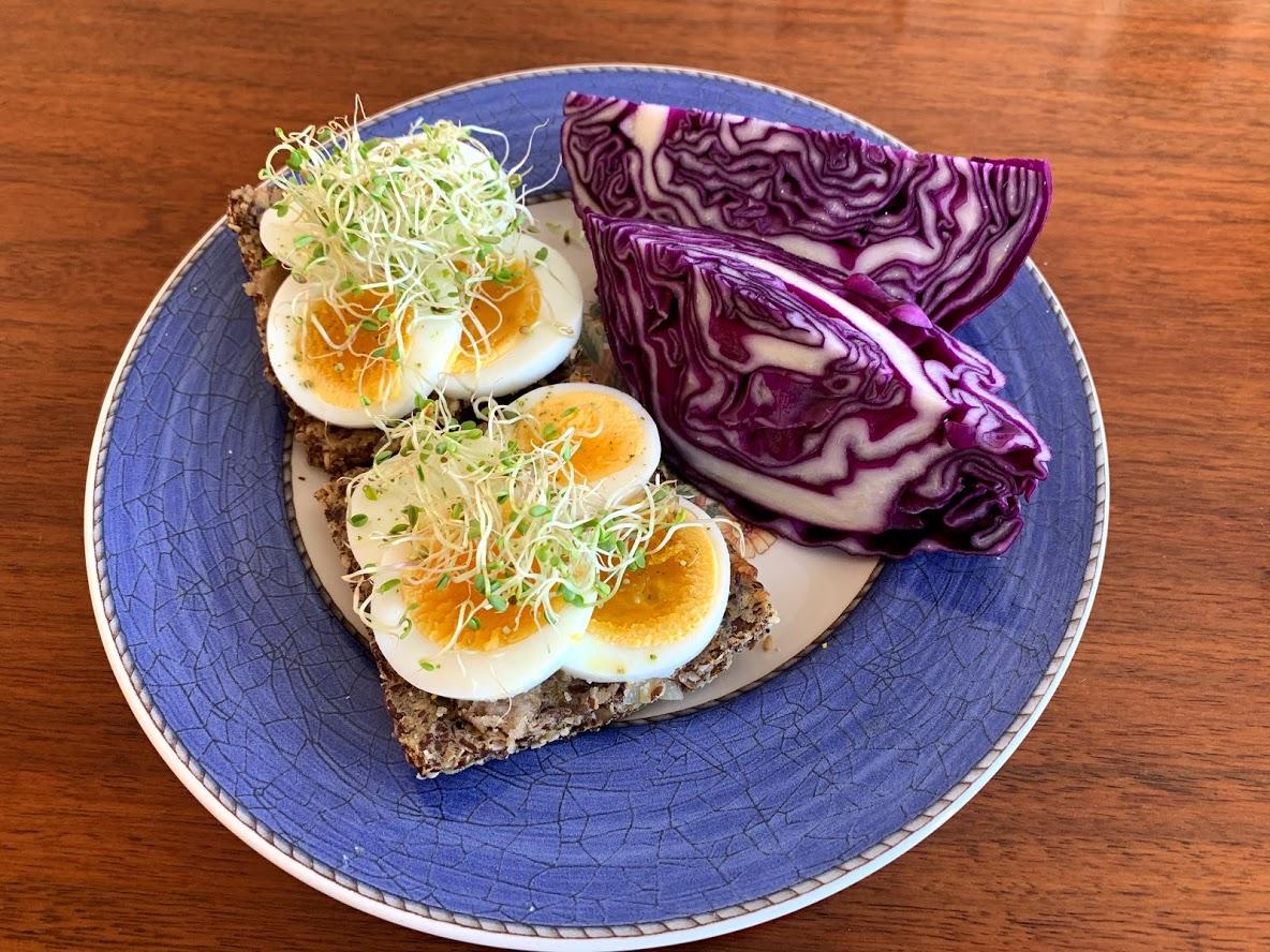 Sprø-og-glutenfrie-knekkebrød-ferdig-påsmurt