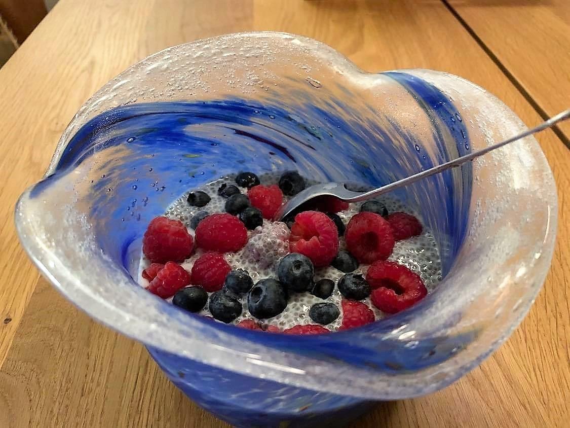 Chiapudding med bær er like god som frokost og dessert - chiapudding klar til servering